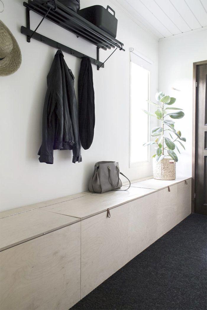 Med ett hellångt skåp längs hela hallvägen behöver du aldrig lida av förvaringsbrist.