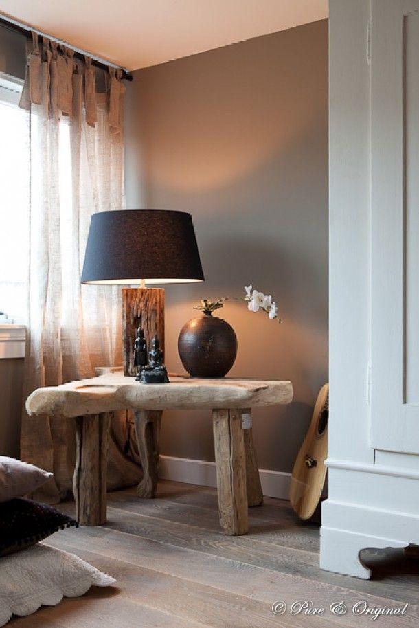 Prachtige wortelhouten sidetable met eenvoudig aardewerk. Mooi in combinatie met de witte kast, eiken vloer, de kleikleurige wand en een vleugje zwart/donkerbruin.