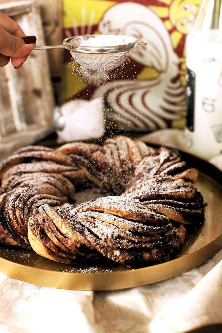 Nem tudjuk létezik-e ilyen szabály, de kávé mellé nekünk általában valahogy a fahéjas sütik esnek a legjobban. Most mutatunk egy ultra finom fahéjas koszorú receptet, ami az egyik legjobb példa arra, hogyan lehet viszonylag kevés munkával gyönyörűen kinéző édességet készíteni.