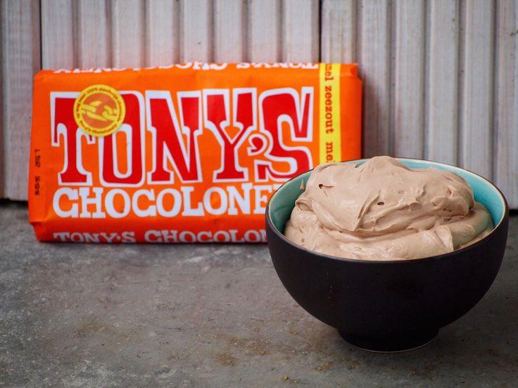 Tony's Chocolonely Salted Caramel Chocolade Mousse is makkelijk te maken en toch heerlijk vol van smaak. Het smaakt minimaal net zo lekker als de reep...