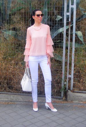 This outfit includes white jeans of the brand Stradivarius and light pink Shein's shirts