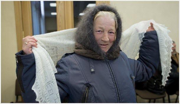 Бабушка в пуховом платке с паутинкой