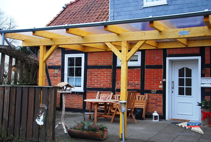 Ein Holz-Terrassendach der Marke REXOcomplete XXL 9m x 4m mit transparenten Stegplatten REXOclear. Diese gelungene Überdachung des Vorgartens bzw. des Eingangsbereichs wurde mit einem Zusatzpfostenset ergänzt. Als Farbe für die Holzschutzcreme wurde Kiefer gewählt. Die Pfosten sind seitlich eingerückt.  Ort:Uelzen.  #Terrassendach #Holzterrassendach #REXOcomplete #Stegplatten #Rexin