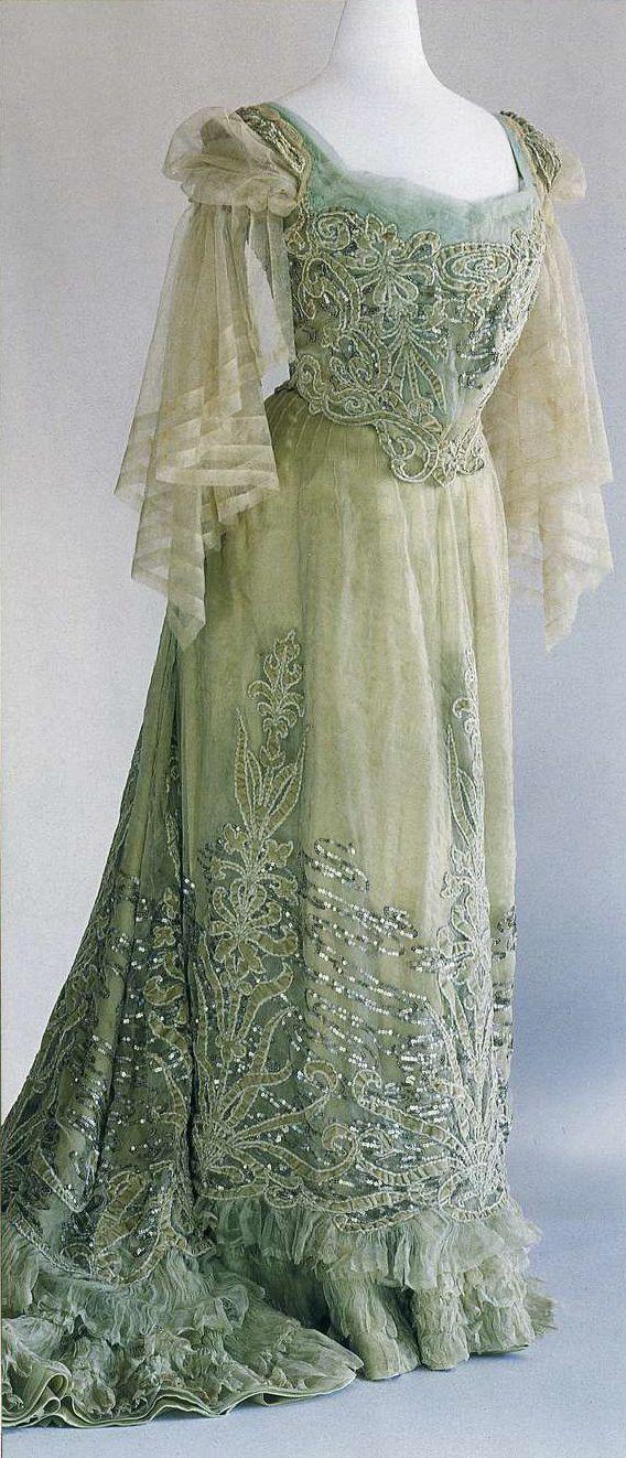 Вечернее платье. Чарлз Фредерик Ворт, около 1900. Бледно-зеленый шелковый шифон и бархат, аппликация с растительным орнаментом, вышивка шнуром и пайетками, изображающая водные растения.