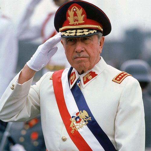 """Augusto Pinochet. Bewonderaar van de spaanse dictator Francisco Franco, de uitvinder van het """"Staatsterrorisme"""". Onophoudelijke schender van de mensen rechten in zijn land tegen de Chilenen die niet akkoord gingan met zijn ideeën. Hij is ondermeer de schepper van de """"doodsescaders""""."""