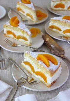 Zoet & Verleidelijk: Perzik kwarktaart ingredients 75 g flour 25 g corn starch 1 tsp baking powder 3 eggs pinch of salt 120g caster sugar + 2 tbsp 1 packet of vanilla-flavored sugar approximately 530 g peach halves in syrup (canned, drained) 8 leaves of white gelatine 750 g peach quark 300 ml cream icing sugar Tools needed Spring Form 26 centimeters in diameter, baking powder (Approximately) 45 minutes preparation, 25-27 minutes oven, wait at le