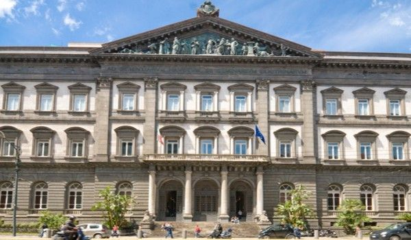Universidad de Nápoles  fundada en el 1224,es la más antigua universidad laica y estatal del mundo.La Universidad está compuesta de 13 facultades.Su lema es «Ad Scientiarum Haustum et Seminarium Doctrinarum».