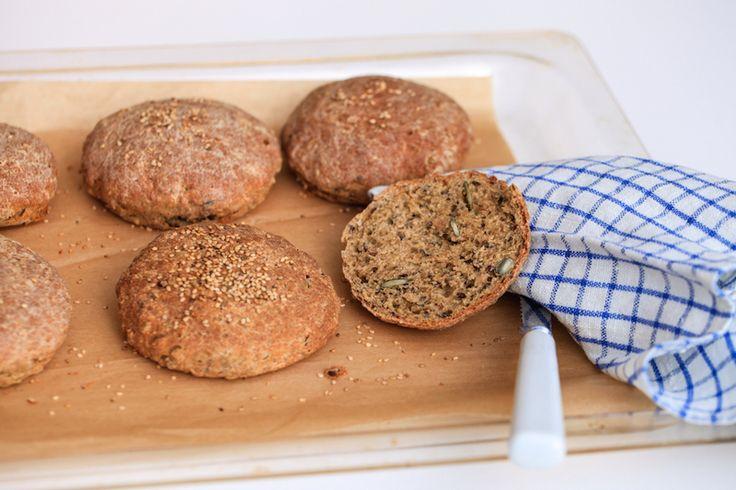 Disse hjemmebagte glutenfri burgerboller smager super godt. De er luftige og kan anvendes til såvel hjemmelavede burgers som til madpakken dagen efter.