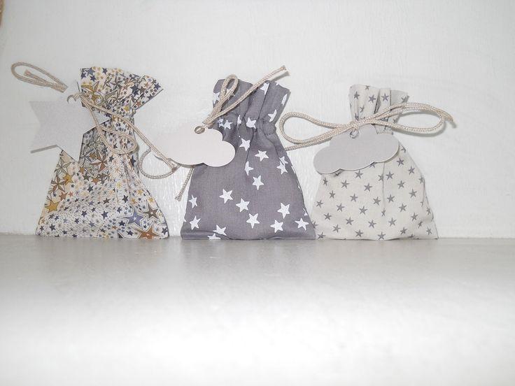 3 pochons coordonnés motif étoiles et tons gris et beiges, étiquettes petite étoile et nuage