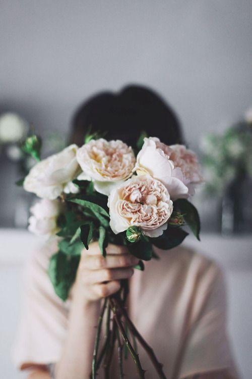 garota segurando um buquê de flores.