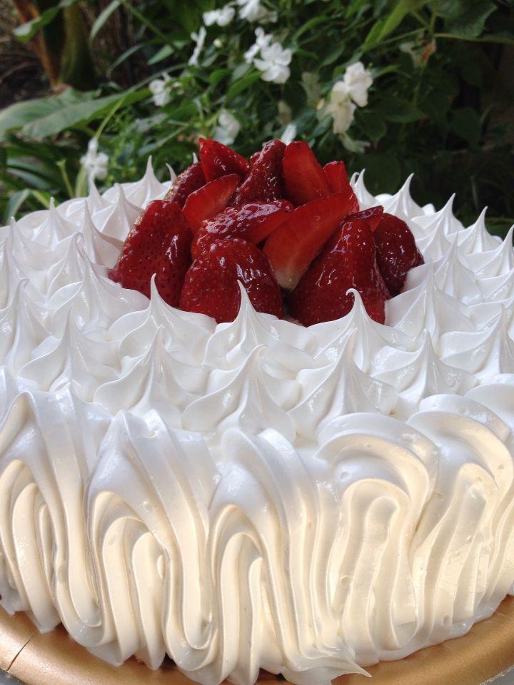 Torta con crema dulce de leche frutillas y merengue !!!Facebook blanca donoso cocina dulce