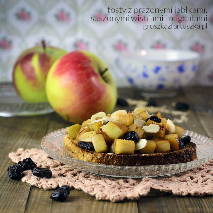 Cudownie jesienne śniadanie - tosty żytnie z prażonymi jabłkami, suszoną wiśnią i migdałami. Doskonały sposób na zaczęcie nawet najbardziej pochmurnego dnia