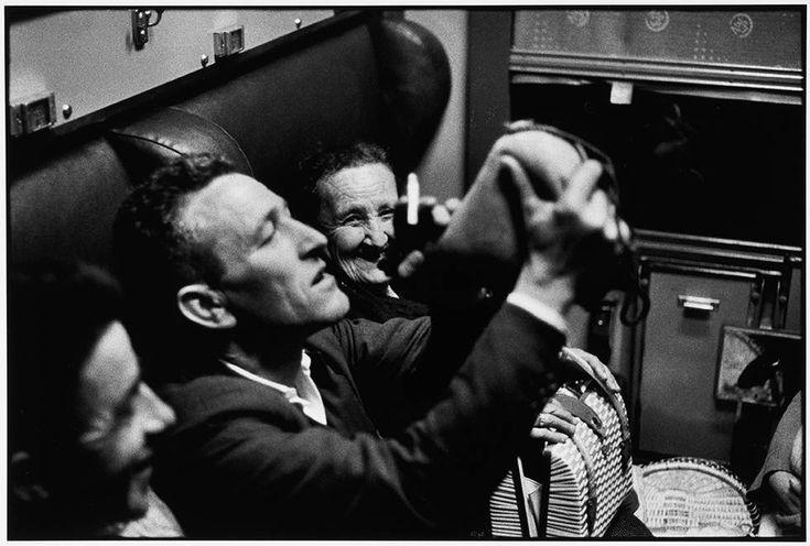 """Résultat de recherche d'images pour """"Flot d'immigrés qui arrivent du Portugal, transit à Hendaye, dans le train, 1965 © Gérald Bloncourt, Musée national de l'histoire et des cultures de l'immigration, CNHI."""""""