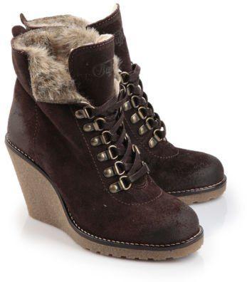 Pin for Later: 18 Winterstiefel und Moon Boots, mit denen ihr keine kalten Füße bekommt  Buffalo gefütterte Keilabsatz-Stiefeletten aus dunkelbraunem Wildleder (40 €)