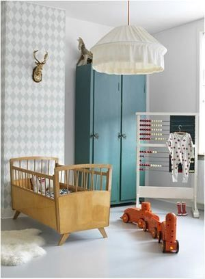 Bedje, behang, kleur kast en telraam  I Love the lines on the Danish designed crib.