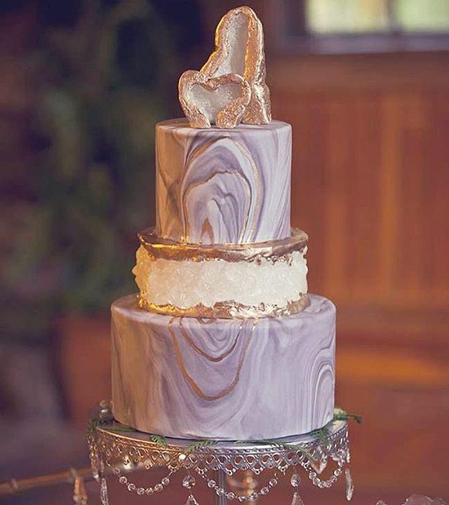 O tema de hoje é PEDRAS E ROCHAS. Só bolo fantástico! Pena que muitos não conseguimos achar o Cake designer! Apaixonada! #weddingcake #weddingideas #calendas #modern #bolodecasamento #bolorocha #bolopedras #bolodejoias #geodecake #arteemacucar #geodetorta #cakedesign #noderncakedesign #jewelcakes #jewelrycake #instacake #casamentochic #festejar #festadecasamento