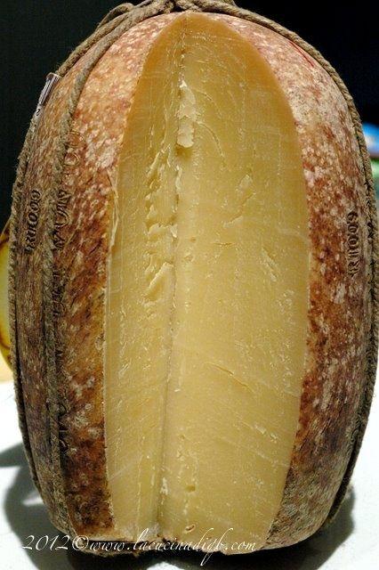 il famoso formaggio Provolone 100% italiano My FAVORITE cheese!! I could eat the whole thing! Amare così tanto