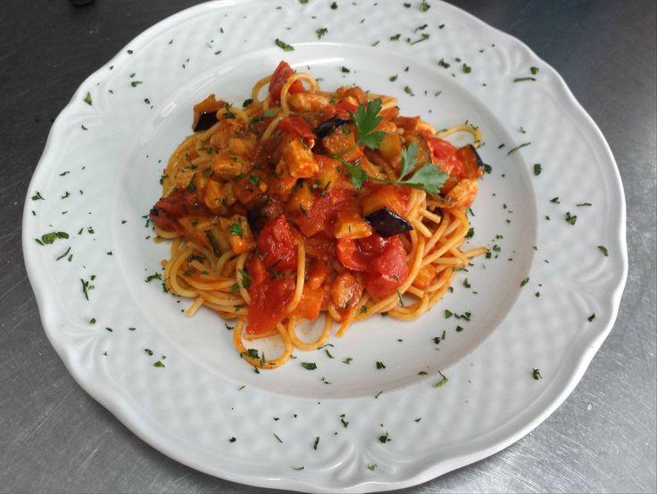 Don Carlo: spaghetti trafilati al bronzo con pomodorini ciliegino, dadolata di melenzane e spada del Tirreno. #Amadeus