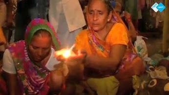Honderden Hindoes namen een heilige dip in de Ganges om hun ziel te reinigen tijdens een maansverduistering. In de tempelstad Varanasi in de noordelijke deelstaat Uttar Pradesh doken ze de rivier in. Men gelooft dat de Ganges heilig water bevat, en dat in combinatie met het nemen van een bad tijdens een eclips zorgt volgens traditie voor het wegwassen van zonden...  http://www.spirit24.nl/#!player/showlist/program:45829397/group:37200368