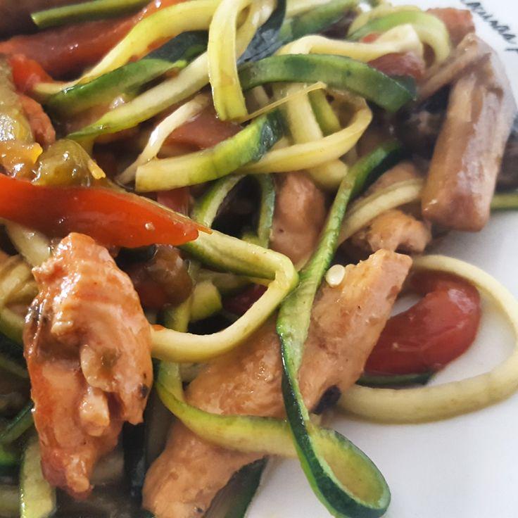 Tallarines de calabacin y pollo. - valolila - Receta - Canal Cocina Real Food Recipes, Diet Recipes, Cooking Recipes, Healthy Recipes, Sin Gluten, Wok, Kids Meals, Tapas, Healthy Life