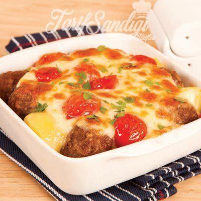 Malzemeler 8 adetpatates 6 çeri domates  Galeta unu Köfte için 400 gram kıyma 1 yumurta 3 yemek kaşığı galeta unu Tuz Karabiber Pul biber kekik Kimyon Beşamel sos için 1.5 su bardağı süt 1.5 yemek kaşığı un 1 yemek kaşığı tereyağı 1 yemek kaşığı ayçiçeği yağı üzeri için Rendelenmiş kaşar peyniri
