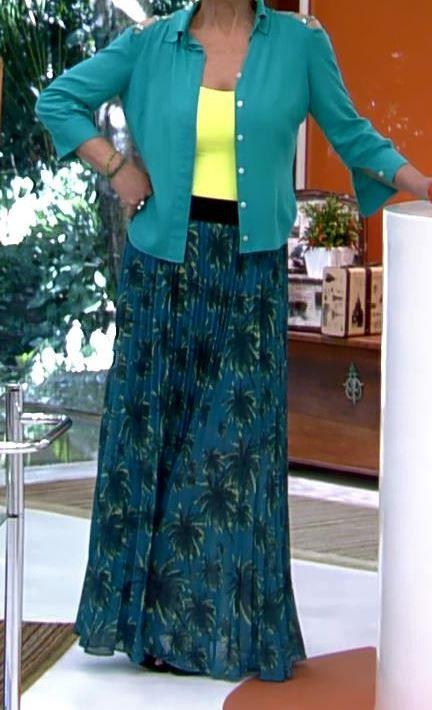 saia longa plissada verde escuro com regatinha amarela e camisa verde