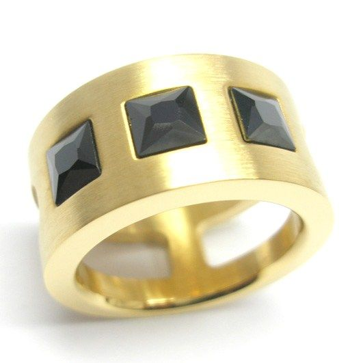 Anillo acero dorado con tres piedras negras facetadas cuadradas. Medidas: 13-14-16  $20.000.-