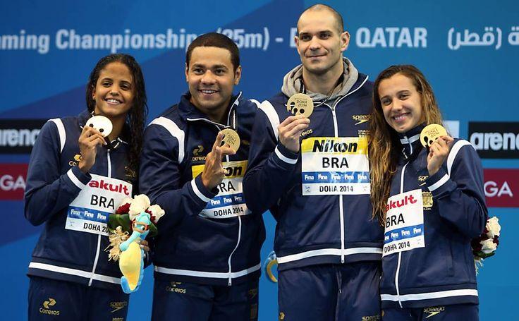 Etiene Medeiro, Felipe França, Nicholas Santos e Larissa Oliveira posam com o ouro no revezamento 4 x 50 m medley misto. Campeonato Mundial de Natação em Piscina curta 2014 http://www1.folha.uol.com.br/esporte/2014/12/1558741-