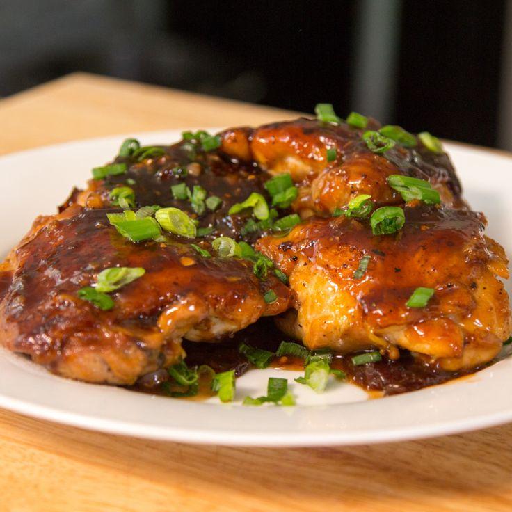 Esse frango com molho de ameixa fica incrivelmente delicioso e é diferente de tudo que você já viu.