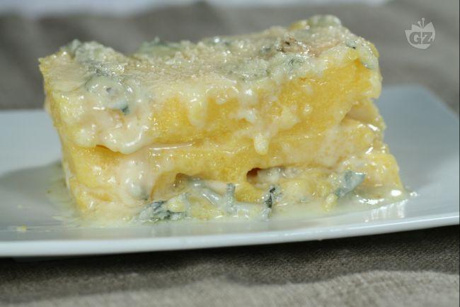 La polenta concia, a base di gorgonzola, grana e burro, è uno dei tanti modi in cui viene preparata la polenta in Lombardia.