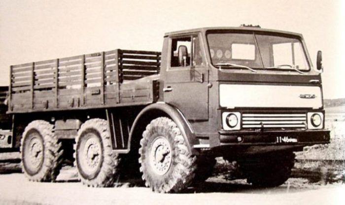 Экспериментальный 5-тонный тягач ЗИЛ-132Р в 1974 году.