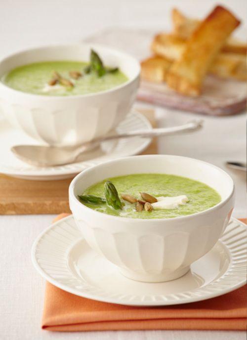 Esta sopa de espárragos con cremosino es un plato caliente reconfortante y sencillo de elaborar, una opción exprés para lacto-vegetarianos. También funciona como entrada.