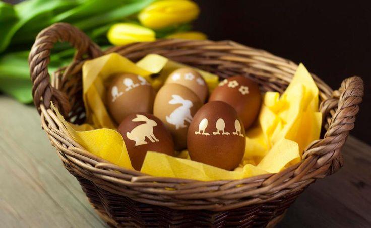 Wie das Eierfärben mit Kaffee gelingt, zeigt Sängerin und Schauspielerin Sigrid Spörk. Ostern ohne künstliche Farbstoffe sind der Bald-Mama wichtig.