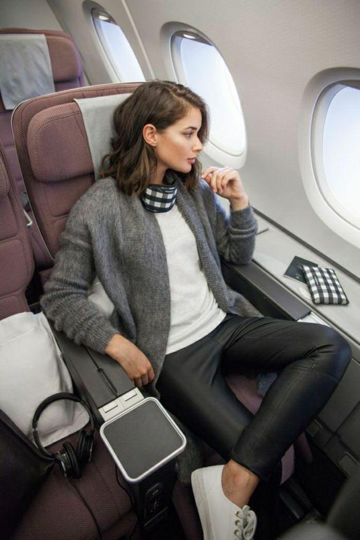 Belle femme confort dans l'avion idée comment s'habiller pour prendre l'avion