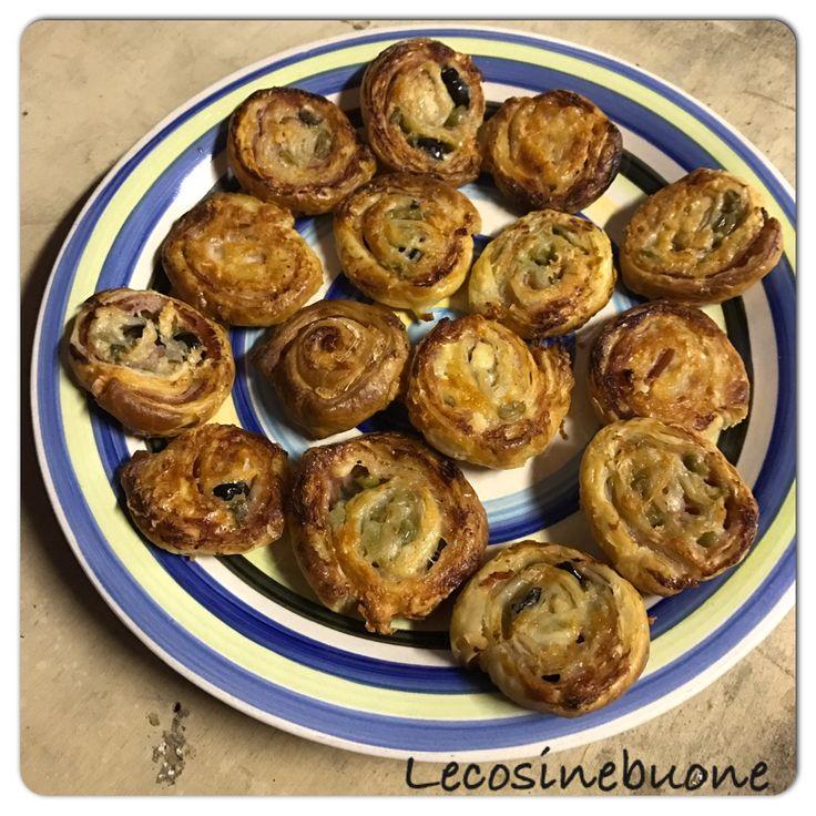 Rotelline di pasta sfoglia con prosciutto cotto, fette di camoscio d'oro e olive nere tagliate a fettine!