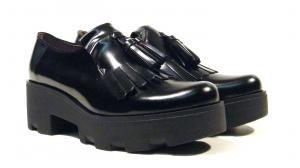 Zapatos con borlas y piso ancho de goma Bryan  Zapatos mocasines con borlas y piso ancho de goma modelo 16054 de BRYAN realizados en piel florentik color negro con suela y plataforma extra ancha de goma de una altura aproximada de 55 cms (3 cms de plataforma incluidos). Interiores en combinado de piel y tejido. Made in Spain. http://ift.tt/2eG45Zc
