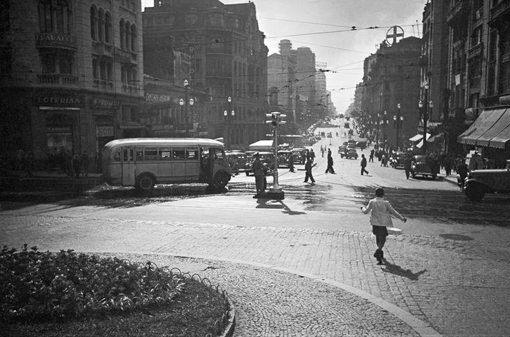 Avenida São João com a rua Líbero Badaró, São Paulo – década de 40.
