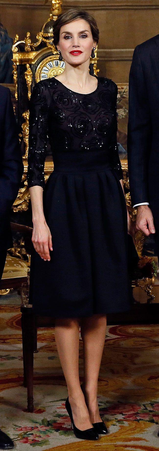 Doña Letizia retomó una falda modelo de vuelo con cinturilla ancha y alta de Hugo Boss con un top en georgette de seda de Felipe Varela, que debutó en los Premios Príncipe de Asturias de 2012, una cartera de Felipe Varela, zapatos de charol de Magrit y los pendientes de De Grisogono. Palacio Real de Madrid, 17.03.2016