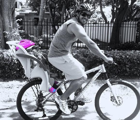 Luis Fonsi, la imagen de un papá feliz de paseo en bici con su hija #luisfonsi #cantantes #música #bicicleta