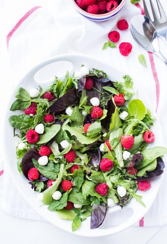 Himbeer Mozzarella-Salat mit Himbeer Basilikum Knoblauch Vinaigrette. Leichtes Sommer Rezept und ideal für jede Gartenparty. Noch mehr tolle Rezepte gibt es auf www.Spaaz.de