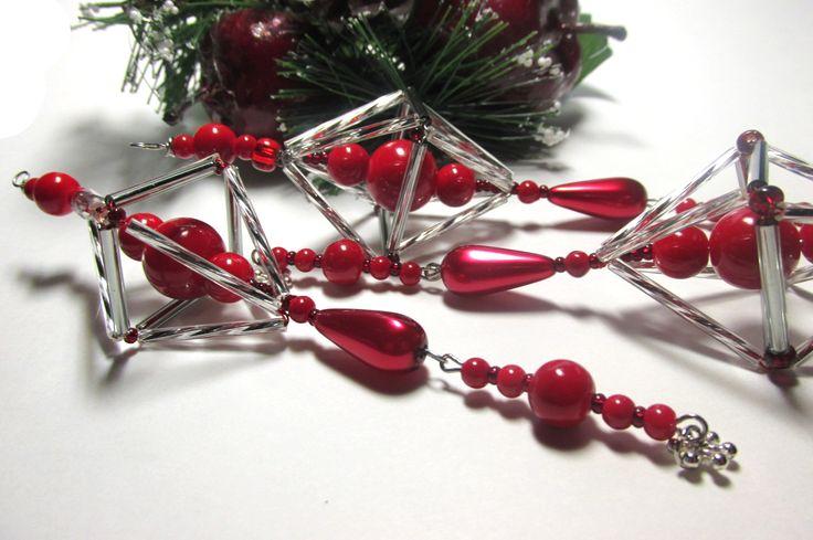 Vánoční ozdoba _ Vřeténko červenostříbrné Vánoční ozdoba . Použity kroucené tyčky , tyčky,červéný rokajl,korálky červené a voskovka ve tvaru slzy. Ukončeno postříbřenou vločkou.Délka cca 15cm.Vhodné k zavěšení na stromeček , na větvičku. Krásný dárek :D