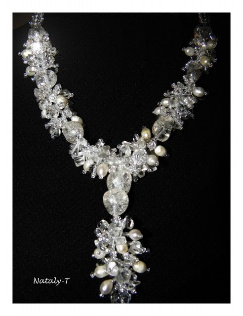 Ожерелье выполнено из сколов горного хрусталя, натурального речного жемчуга