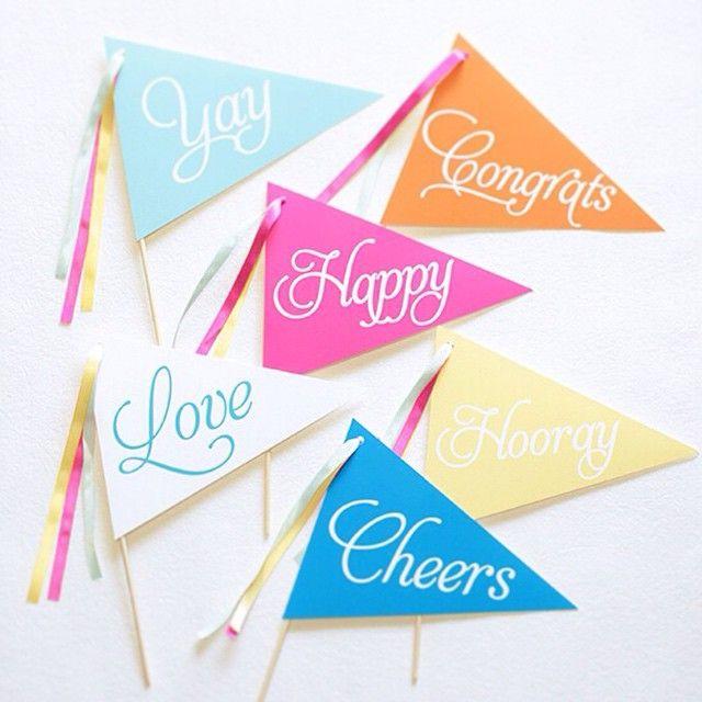 フラッグのデザインポップな色合いがかわいい結婚式のフォトプロップス♡使用している素材にもこだわっている人気商品!ウェディング小物通販サイトEYMにて販売中。