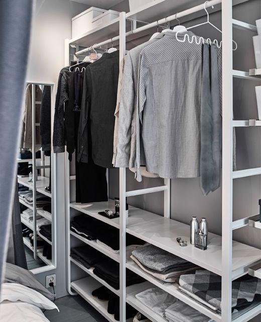 Ein begehbarer Kleiderschrank mit einer ELVARLI Aufbewahrungskombination.