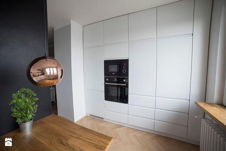 Białe szafki kuchenne zajmujące całą ścianę