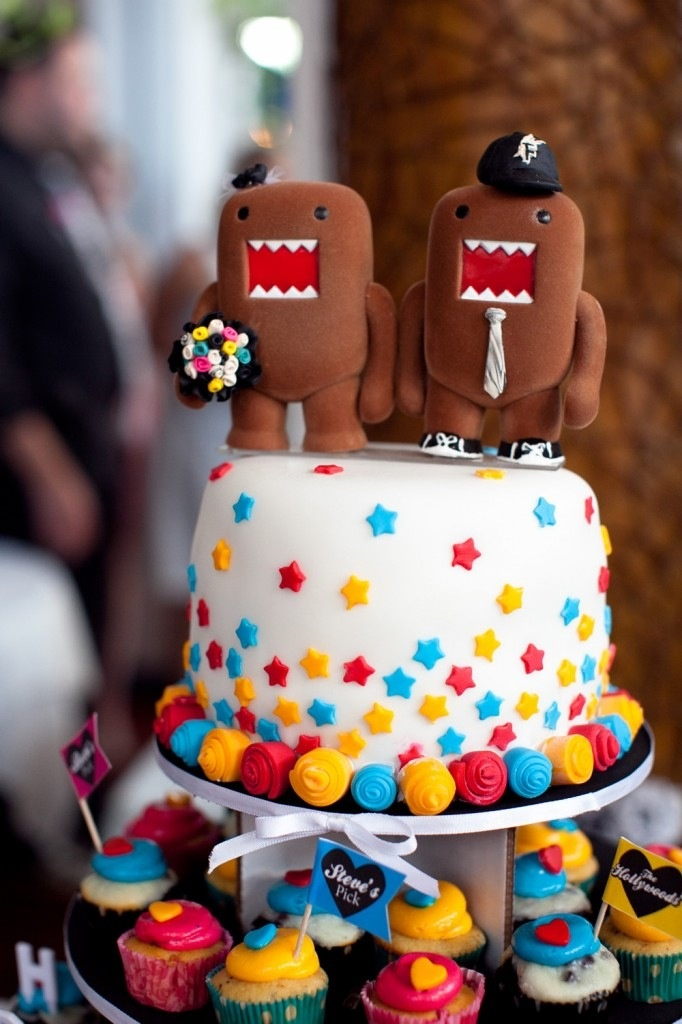 #wedding cake #funny #original that's cool! The tiny cupcakes is cute!