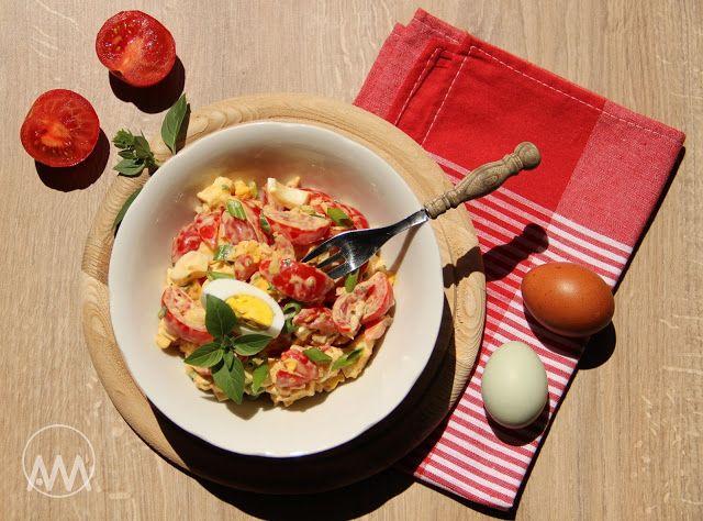 V kuchyni vždy otevřeno ...: Rajčatový salát s hermelínem a vejcem