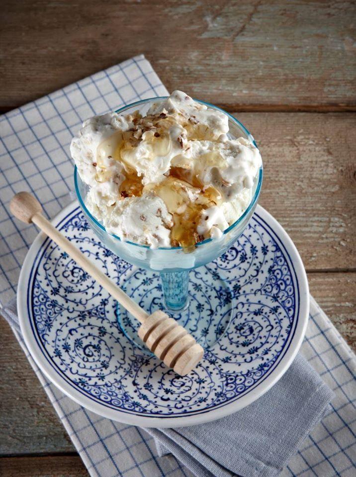 Υogurt Ice cream with honey and walnuts! Παγωτό με γιαούρτι μέλι και καρύδια!