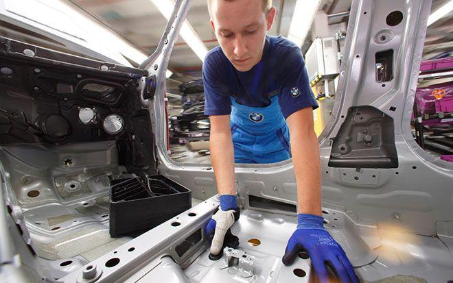 Un exemple nous est donné aujourd'hui par le groupe BMW, qui a lancé un programme avec le département d'ergonomie de l'Université de Munich pour intégrer l'impression 3D pour la fabrication de protections personnalisées pour ses ouvriers. Les protections qui ont été développées dans le cadre de ce programme sont des coques personnalisées pour les pouces de certains ouvriers, coques qu'ils enfilent comme un second pouce.