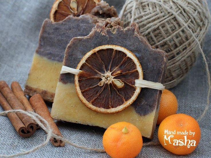 Это мыло пахнет Рождественской выпечкой и Новогодней мандариновостью :)  Оно имеет сильные массажные и пилинговые свойства, дарящий бодро...